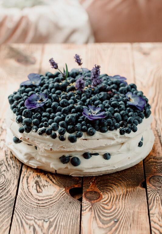 Tort bezowy lawendowy z borówką